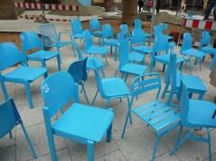 Die leuchtend blauen Stühle warten auf ihren Einsatz
