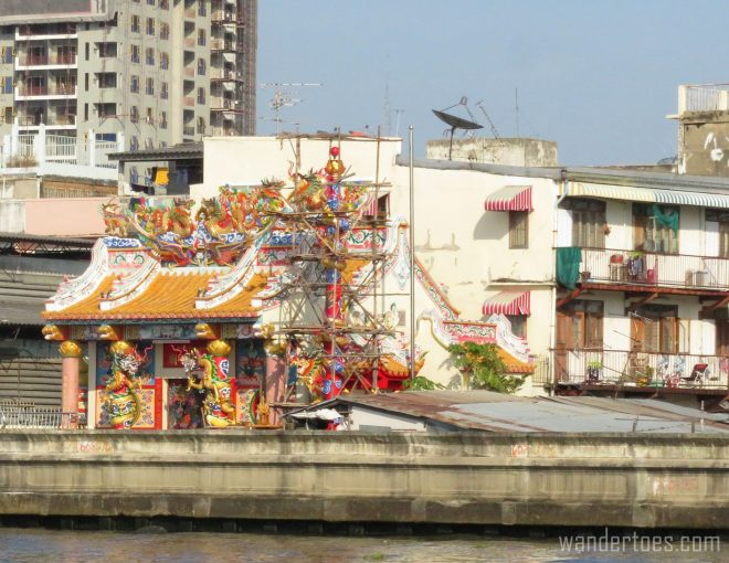 Temples along the Chao Phraya seen from water taxi