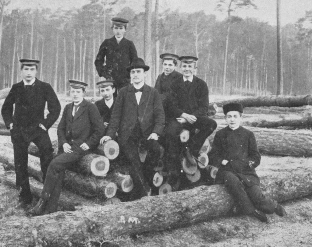 1897, randonnée dans la forêt de Grunewald avec l'association de sténographie du Lycée de Steglitz près de Berlin. A partir de la gauche: 1. Karl Fischer, 2. Hellmuth d. Ä., 4. Hermann Hoffmann, 6. Hellmuth d. J., 7. Bruno Thiede, en haut: Heinrich Sohnrey jr.