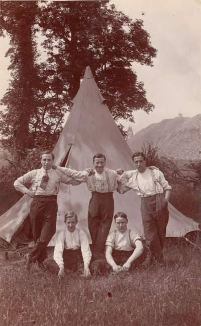Jeunes hommes en camping