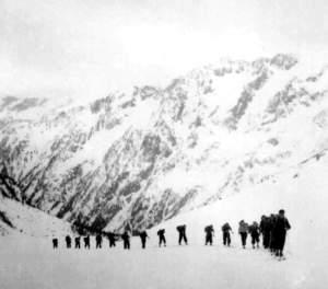 Collection JMOllivier - Raid Jeunesse et Montagne - La caravane de skieurs du raid Urdos-Luchon - 1942