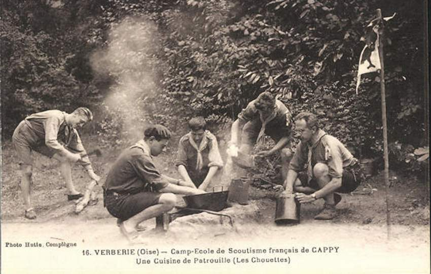 Verberie - Camp-école de Cappy - Scouts préparant la cuisine