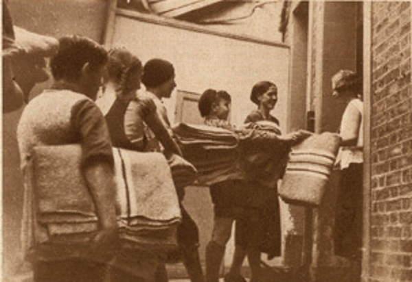 1933-06-21_Vu_275_Les auberges de jeunesse_La distribution des couvertures