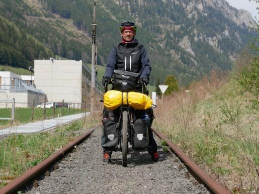 Peter Fox würde singen: Ich reite wie auf Schienen in den Schuppen ein. Kuriosität nach dem Präbichl Pass.