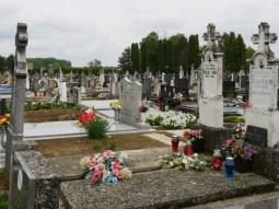 Friedhöfe in Kroatien sind immer immens bunt und ausserhalb der Dörfer uns Städte.