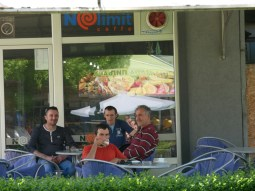 Super Espresse im No Limit Caffe. Die Herren im Hintergrund haben uns liebenswürdig bedient.