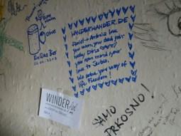Jeder darf bei Dragi etwas an die Zimmerwand schreiben,