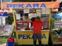 Sonia verkauft unverschämt leckere Teilchen in ihrer Pekara = Bäckerei.