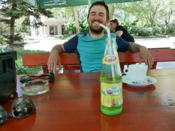 Daniel nuckelt an meiner fiesen E-Farbstoff-Limo.