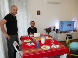 Biser und Daniel warten sehnsüchtig darauf, dass sie endlich Baniza frühstücken dürfen. Der warme dünne Bltterteig mit weißem Käse gefüllt zergeht auf der Zunge!