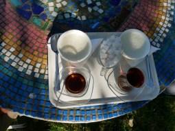 Aziz Nesin Stiftung. Wir bekommen erst einmal Tee und Reisbrei kredenzt.