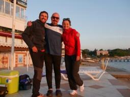 Sarper und wir am Sommerapartment - was für ein schöner Ort für den Sonnenuntergang!