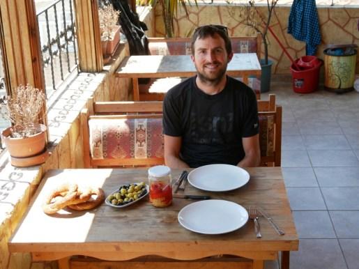 Simit (Teigkringel mit Sesam), Oliven und eingelegte Paprika machen unser Mittagessen.