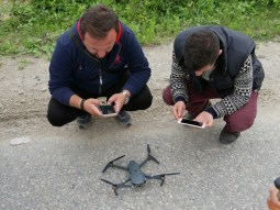 Vorbereitung der Drohne. // Preparation of the drone.