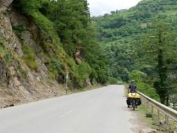 Grüne Hügel in Georgien auf der Strecke von Batumi nach Chulo.