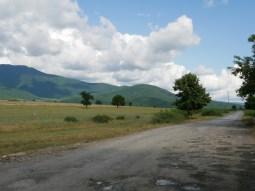 Hubbelpiste bei Qax, Azerbaidschan.// Dirt road near Qax, Azerbaidschan.