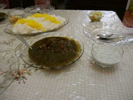 Ghorme sabzi -ein leckeres ranisches Nationalgericht liebevoll zubereitet von Hamidrezas Mutter.// Ghorme sabzi - a delicious traditional iranian dish, made with love by Hamidrezas mother.