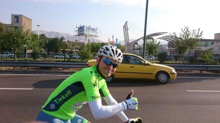 Road Cyclist close to Tehran - he showed us the pictures of his family whille cycling next to us on a 3 lanes highway.// Rennradfahrer auf dem Weg nach Teheran. Er zeigt uns die Bilder seiner Familie auf seinem Smartphone während wir auf einer dreispurigen Strasse radeln.