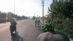 Road cyclist near Tehran.// Rennradfahrer nahe Teheran.
