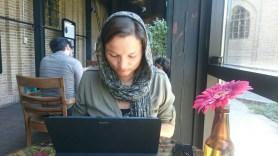 Als Frau im Iran ist alleine im Cafe sitzen schon eine kleine Rebellion. // As a women in Iran sitting alone in a Cafe is already a small revolution.