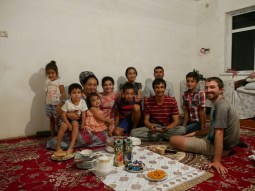 Die ganze wunderbare Familie: Tumar, Enesh, Mama Lachyn, Gulnuz, Guljan, Nedir, Nazik, Papa Vepa, Onkel Selim, Nazar und Daniel beim Festmahl, das man uns bereitet hat.// The whole wonderful family: Tumar, Enesh, Mummy Lachyn, Gulnuz, Guljan, Nedir, Nazik, Daddy Vepa, uncle Selim, Nazar and Daniel at the feast they prepared for us.