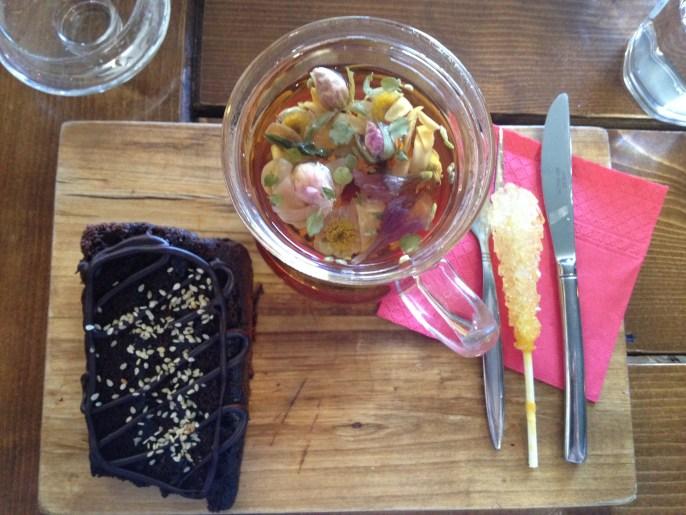 Cake and tea in Tohids Pelato Cafe in Bojnourd.// Kuchen und Tee in Tohids Pelato Cafe in Bojnourd.