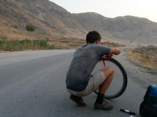 Dushanbe to Kala-i-Khumb, puncture #1// Platten #1.