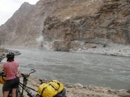 Kala-i-Khumb to Khorog. On the afghan side they bomb a street in the mountain. We are warned with shouts and the rocks fly easily over the river.// Auf der afghanischen Seite wird eine Straße in den Berg gesprengt. Wir werden von den Arbeitern mit Rufen gewarnt und tatsächlich, die Steinbrocken schlagen auch auf unserer Seite des Flusses in die Strasse ein.