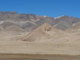 Murgab to Sary Tash. Border fence to China.// Grenzzaun nach China.