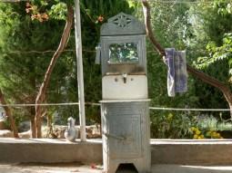 Typisches Waschbecken mit manueller Wasserbetankung.// Typical sink with manual water supply.