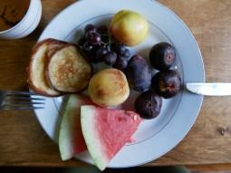 Breakfast - finally fruits again!// Frühstück, endlich wieder Früchte.