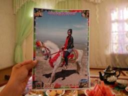 Charosxon hoch zu Ross.// Charosxon on the horse.