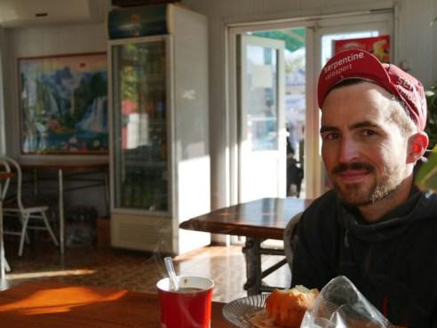 Breakfast. Daniel feels like in Italy. I can not follow. Instant coffee and muffin.// Frühstück. Daniel fühlt sich wi in Italien. Ich kan das nicht nachvollzihen. Fertigkaffee und Muffin.