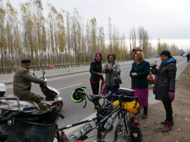 Platten und kleiner Chat mit den einheimischen Uiguren. Eine der Frauen kneift mich in die Wange klarer Fall, die Uiguren sind mehr Türken als Chinesen;)// Puncture and little chat with the indigenious Uighurs. A women pinches me the check and it is clear Uighurs are more Turks than Chinese.