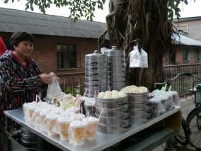 Baouzi and soy milk for breakfast in Menglan.// Baouzi und Sojamilch zum Frühstück in Menglan.