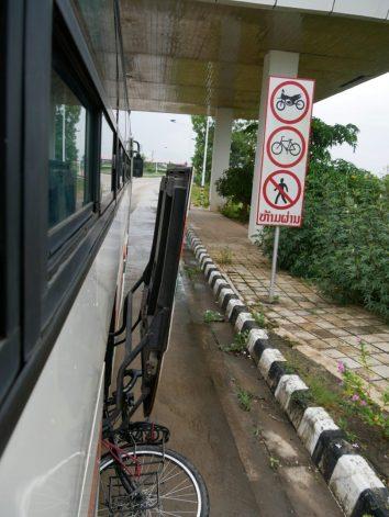 Our tandem has to ride in a bus between the Lao and Tahi border. So we miss the moment where right hand traffic goes over to left hand traffic.// Unser Tandem muss zwischen der laotischen und thailändischen Grenze Bus fahren - so verpassen wir den Wechsel von Rechts-zu Linksverkehr.
