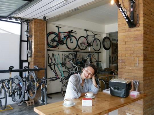 Bike shop Chiang Rai. Our derailleur hanger is centered. // Veloladen in Chiang Rai. Unser Schaltauge wird zentriert. Spätestens hier wissen wir, dies ist das Fahrradparadies!