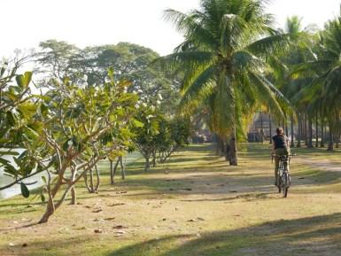 Sukhothai - Antonia finds out that she can cycle alone with the tandem.// Antonia findet heraus, dass sie das Tandem auch alleine fahren kann.