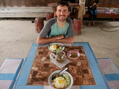 Daniels favourite dish: minced pork meat with basil and egg on top -prepared by a Thai mummy.// Daniels Lieblingsessen: Schweinehackfleisch mit Thai-Basilikum und Ei obendrauf. Am besten von einer Thai Mama zubereitet.