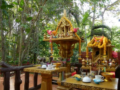 Bestandteil eines jeden Hauses, Restaurant, öffentlichen Gebäude in Thailand: der Haustempel mit Opfergaben.// This you can find in every house, restaurant, public building in Thailand: the house temple with offerings.