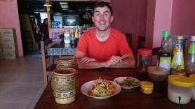 Erstes laotisches Essen: Sticky rice (in den Körbchen) mit Papaya-Salat und gebratenem Gemüse.// First thing to do in Lao: Eating sticky rice and papaya salad.