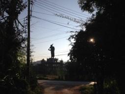 A huge statue of a monk.// Eine riesige Mönchsstatue.