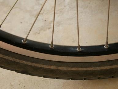 Cracks around every spoke.// Risse um jede Speiche.
