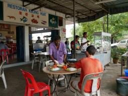 Fusion Lunch: Food comes from the Indian, drinks from the Chinese.// Gemixtes Mittagessen: das Essen kommt vom Inder, die Getränke vom Chinesen.