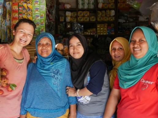 Die Mädels sind aus dem Häuschen, es gibt 100 Fotos und wir bekommen Rambutan (Litschiart) geschenkt.// The girls are excited and we take 100 fotos and get Rambutan (kind of Litchi).