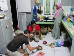 Daniel is teached his first sambal by Alfi and his wife Indah.// Daniel lernt sein eigenes Sambal zu machen mit Alfi und Indah.