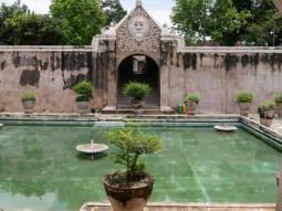 Water Palace,Yogya, the bathing and pleasure place of former kings.// Wasserschloss Yogya, wo sich der Koenig frueher badete ud vergnuegte.