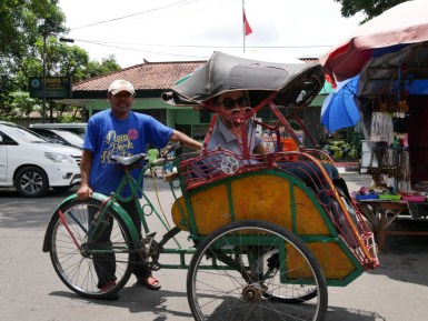 Die traditionelle Art der Fortbewegung in Yogya: Fahrradrikscha.// The traditional way of transport in Yogya: trishaw.