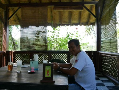 Wahyu and a Sirsak Juice.// Wahyu und der Sirsaksaft.