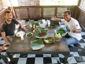 Daniel and Wahyu in the rice field restaurant.// Daniel und Wahyu im Reisfeld Restaurant.